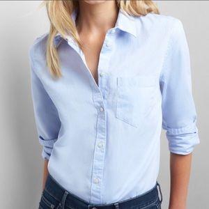 GAP light blue button up long sleeve shirt. Size M